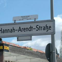 Hannah-Arendt Strasse; By Reda benkhadra (Own work), CC BY-SA 4.0, via Wikimedia Commons
