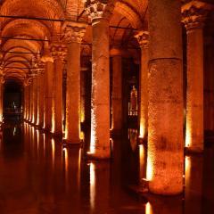 Basilica Cistern Istanbul, interior, columns; Image via Pixabay, CC0 Public Domain