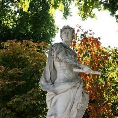 statue of Julius Caesar, Tuileries Garden; Image via Pixabay, CC0 Public Domain