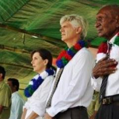 Ian Kemish AM (centre) at a Kokoda ceremony with the late Ben Moide (right), a WW2 veteran